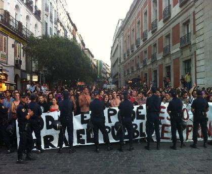 """La Policía toma Sol para impedir protesta de """"indignados"""" y provoca efecto llamada"""